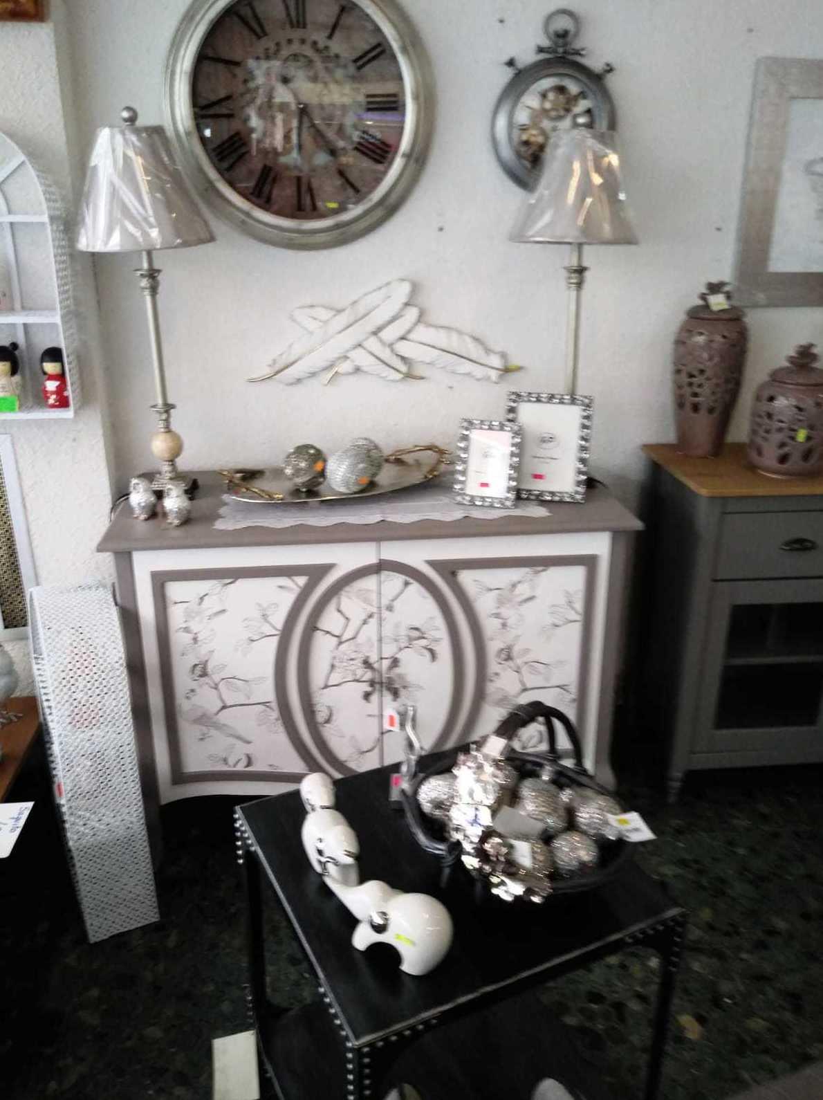 Muebles recibidores y mueble auxiliar, lámparas, cuadros, jarrones, adornos en León