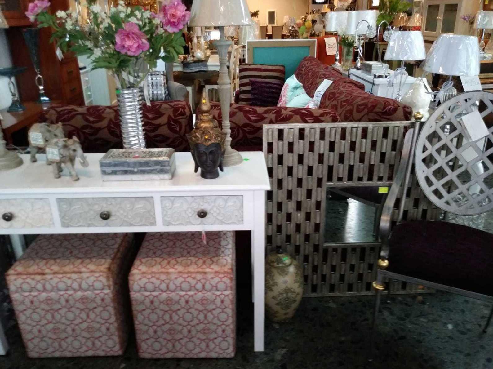 recibidor, puffs, sillón, silla, lámparas, espejo, jarrones en León