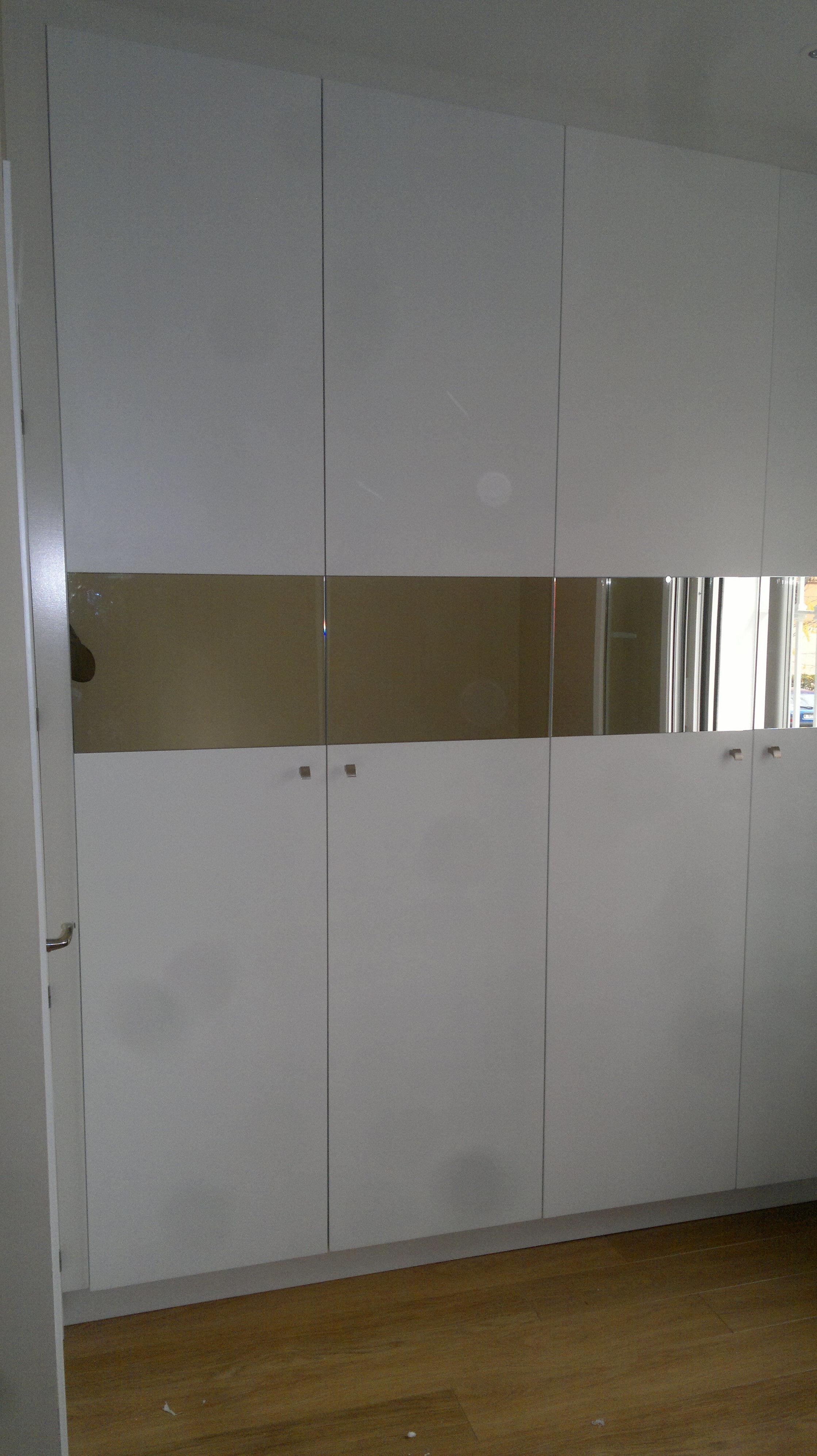 Armario con puertas acristaladas