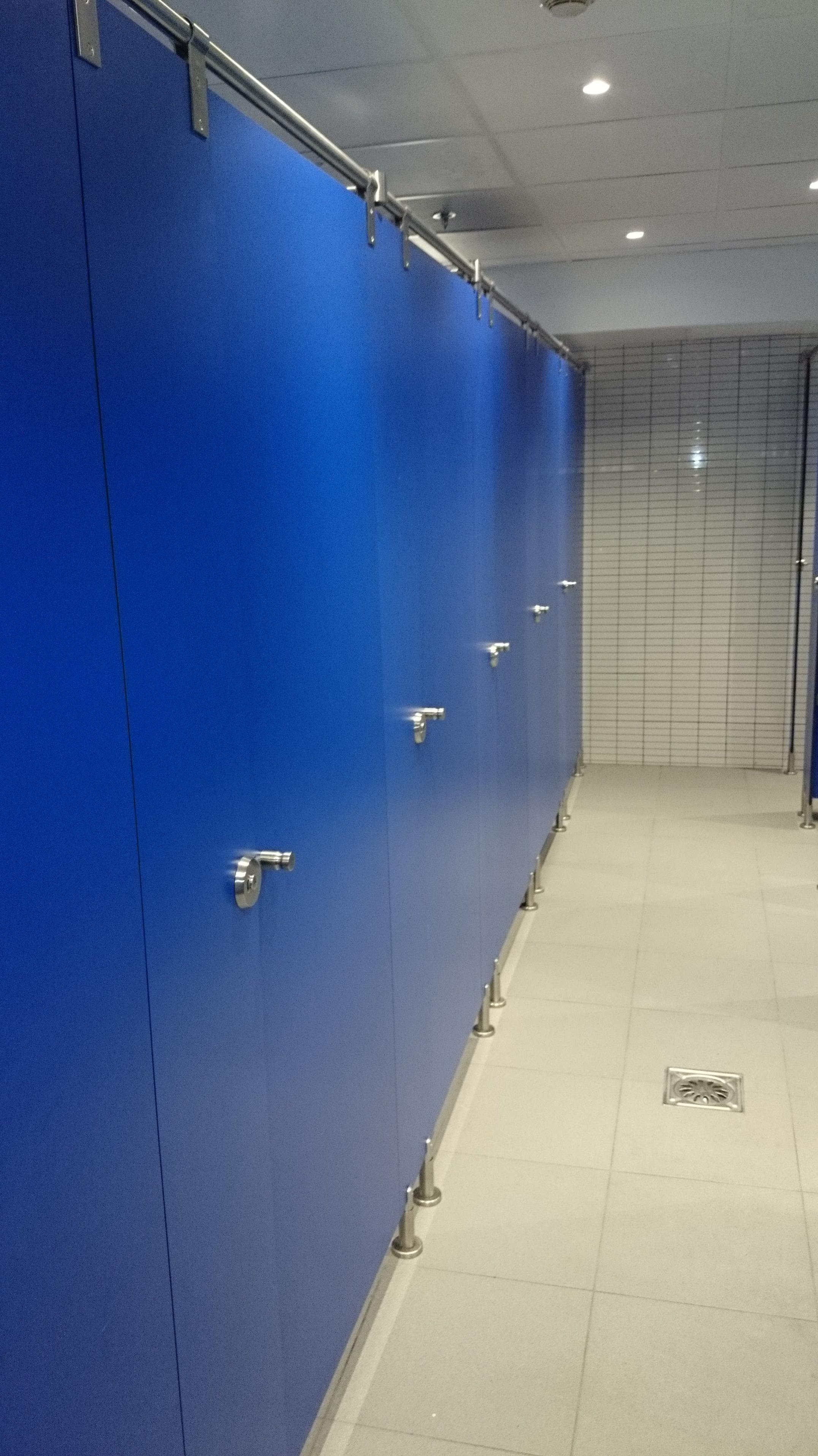 Montaje y elaboracion puertas de baños en Alcampo