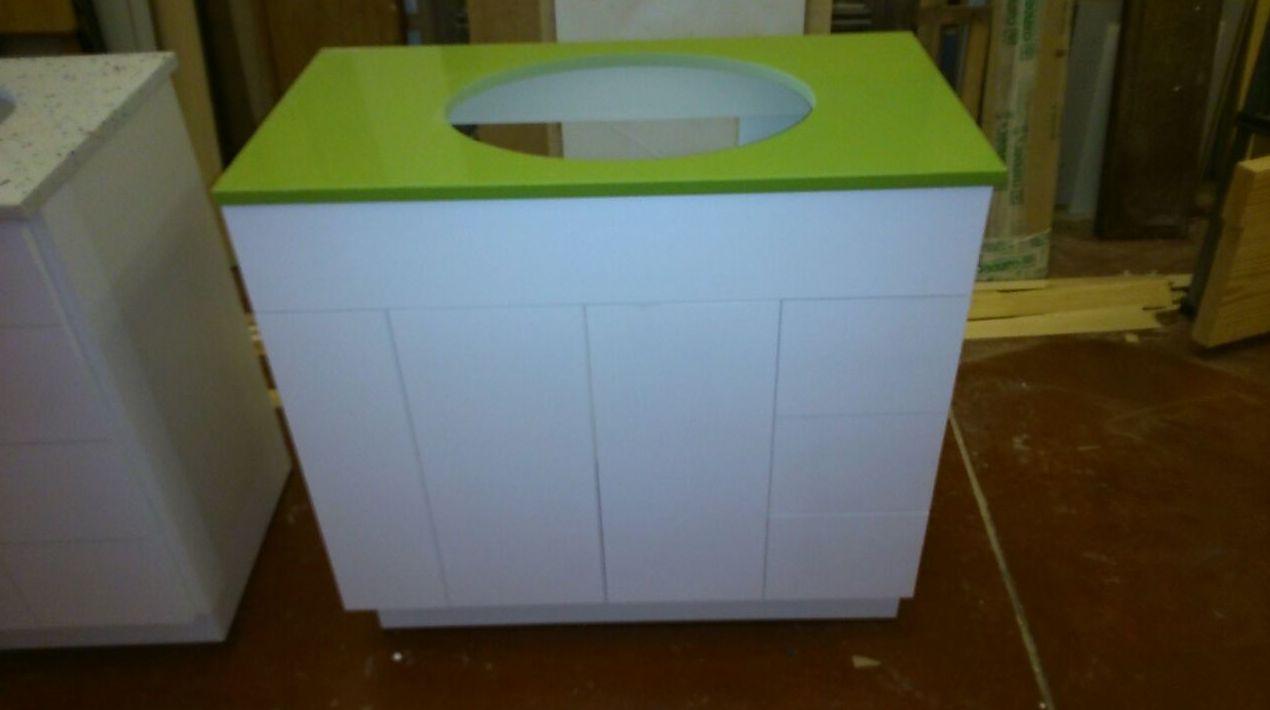 Mueble baño con encimera verde