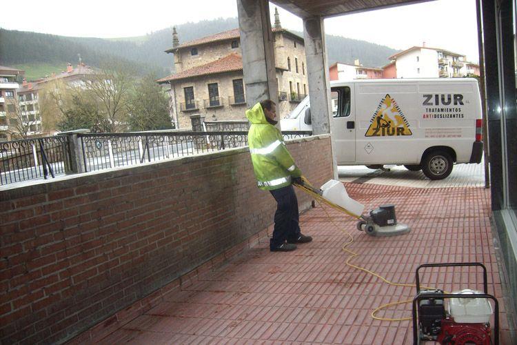 Empresa especializada en tratamientos antideslizantes de suelo