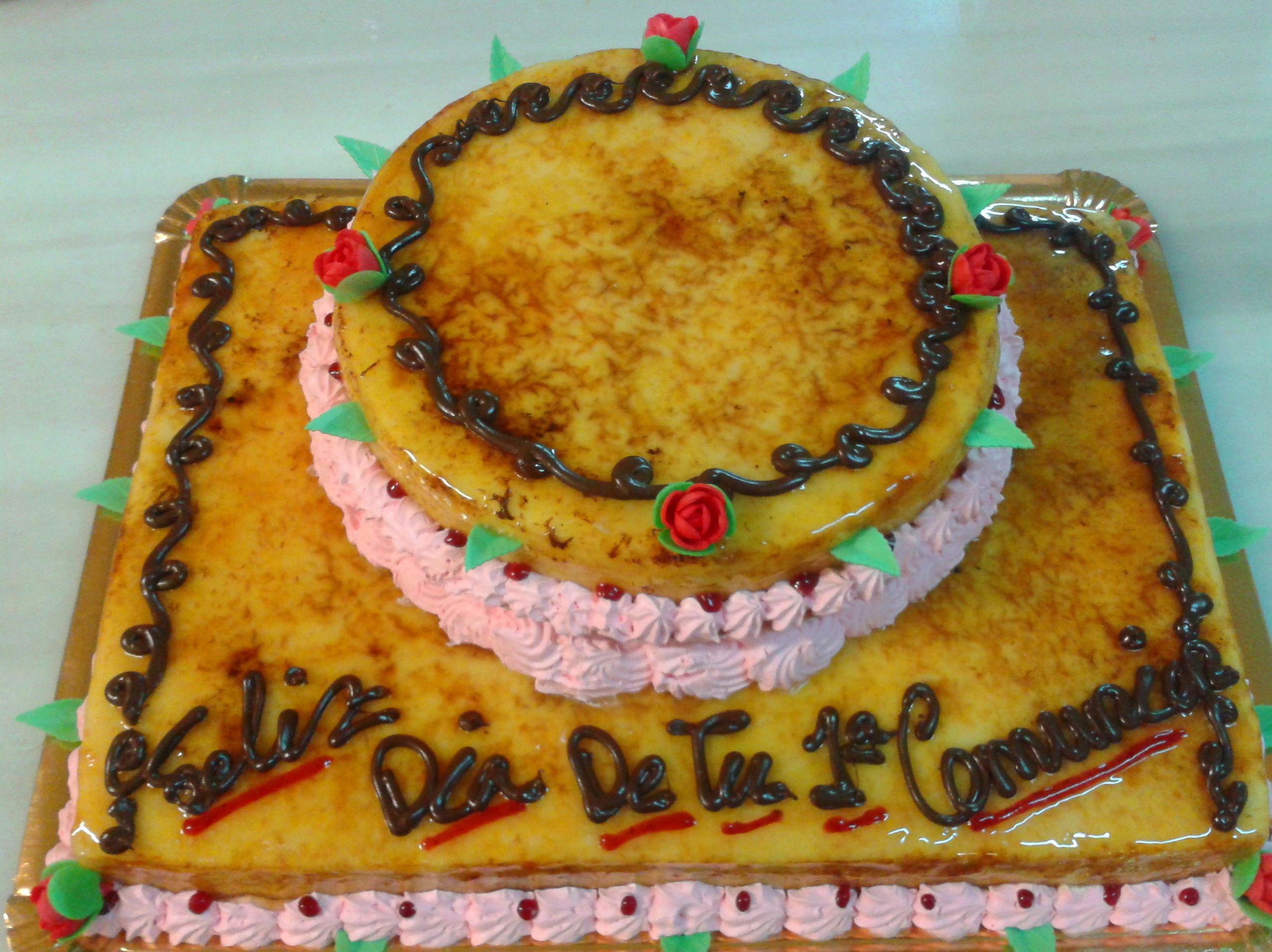 No siempre las tartas de celebración tienen que ser blancas, para muestra esta deliciosa tarta de crema quemada