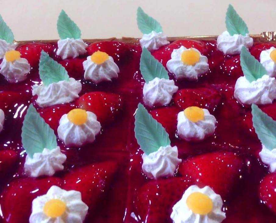 Porciones de crujiente pasta brisa, deliciosa crema pastelera y fresas naturales