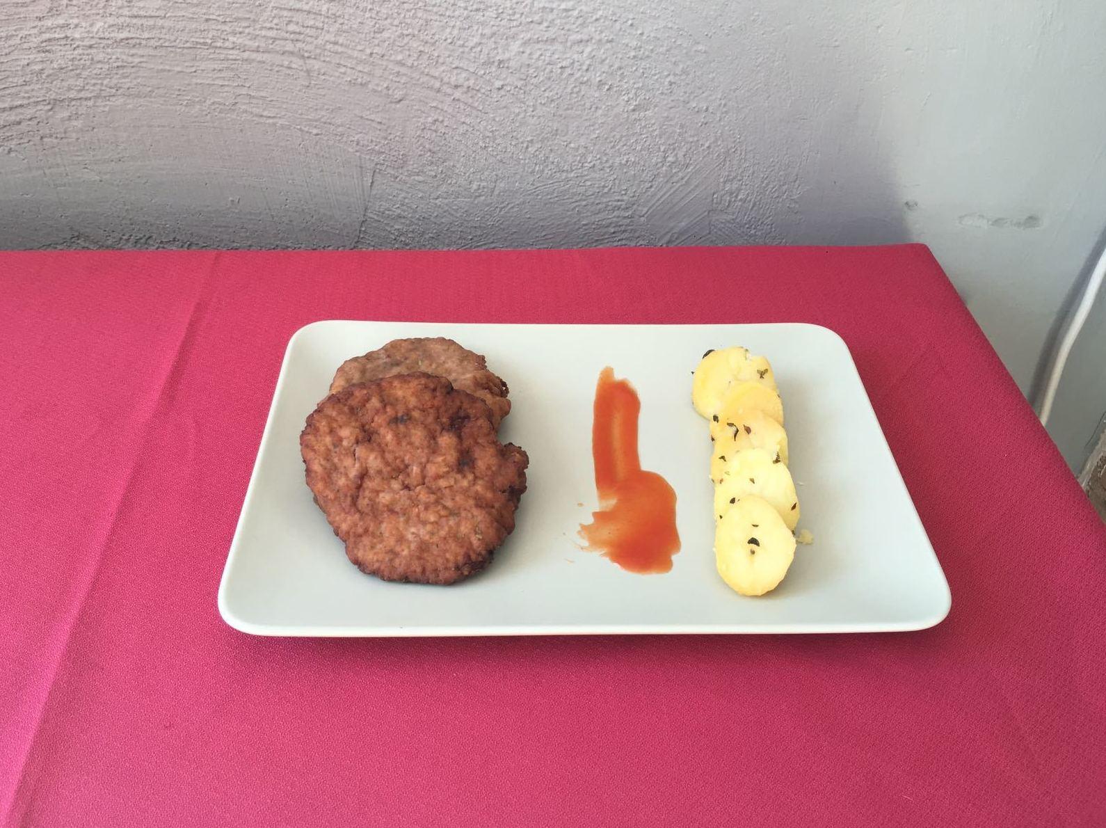 Filetes rusos con patatas. Comida preparada para llevar Madrid