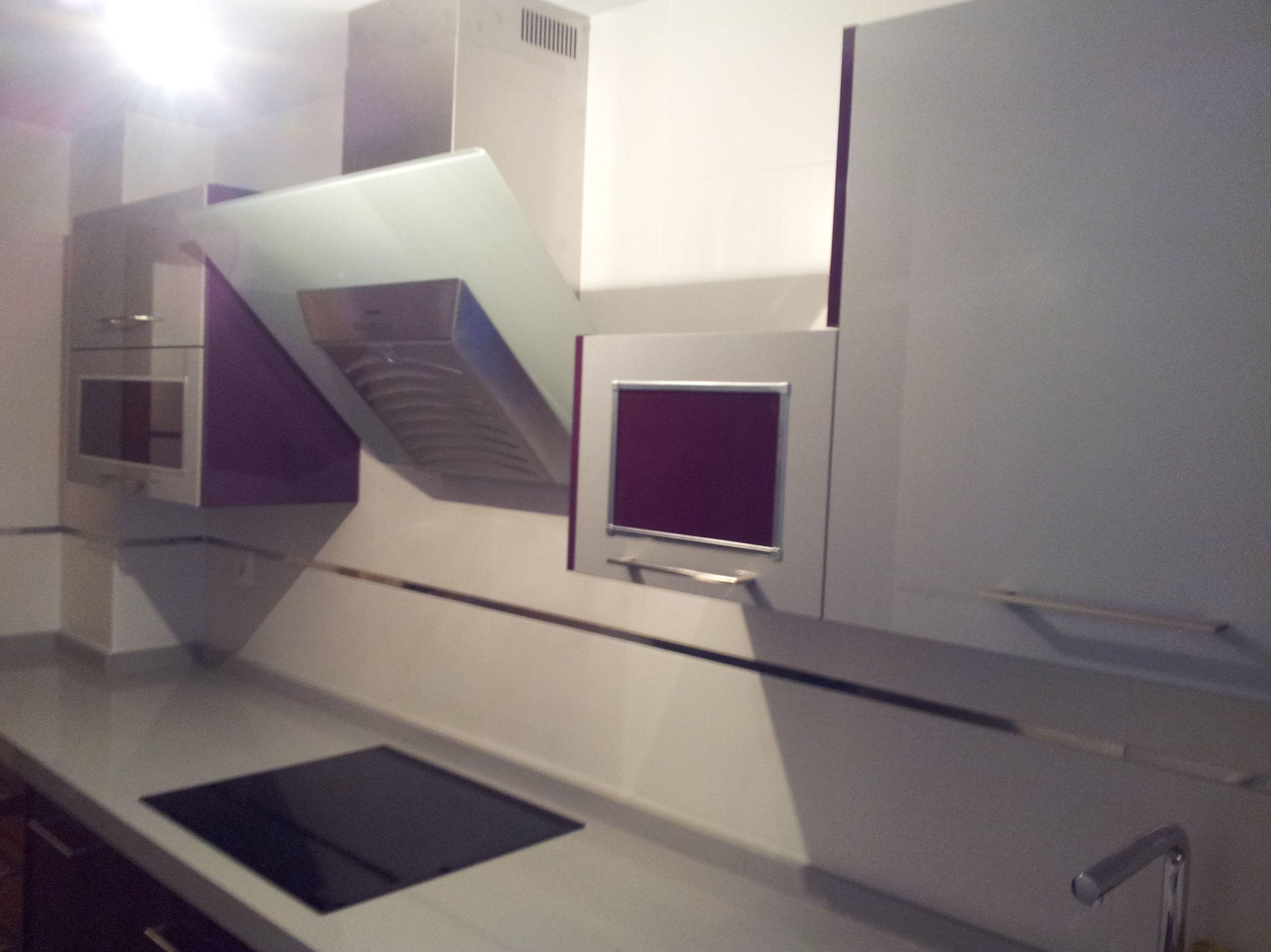 Cocina en estratificado color purpura y gris