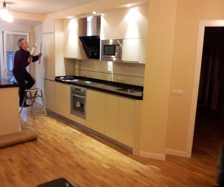 Diversos modelos de muebles de cocina con diferentes acabados
