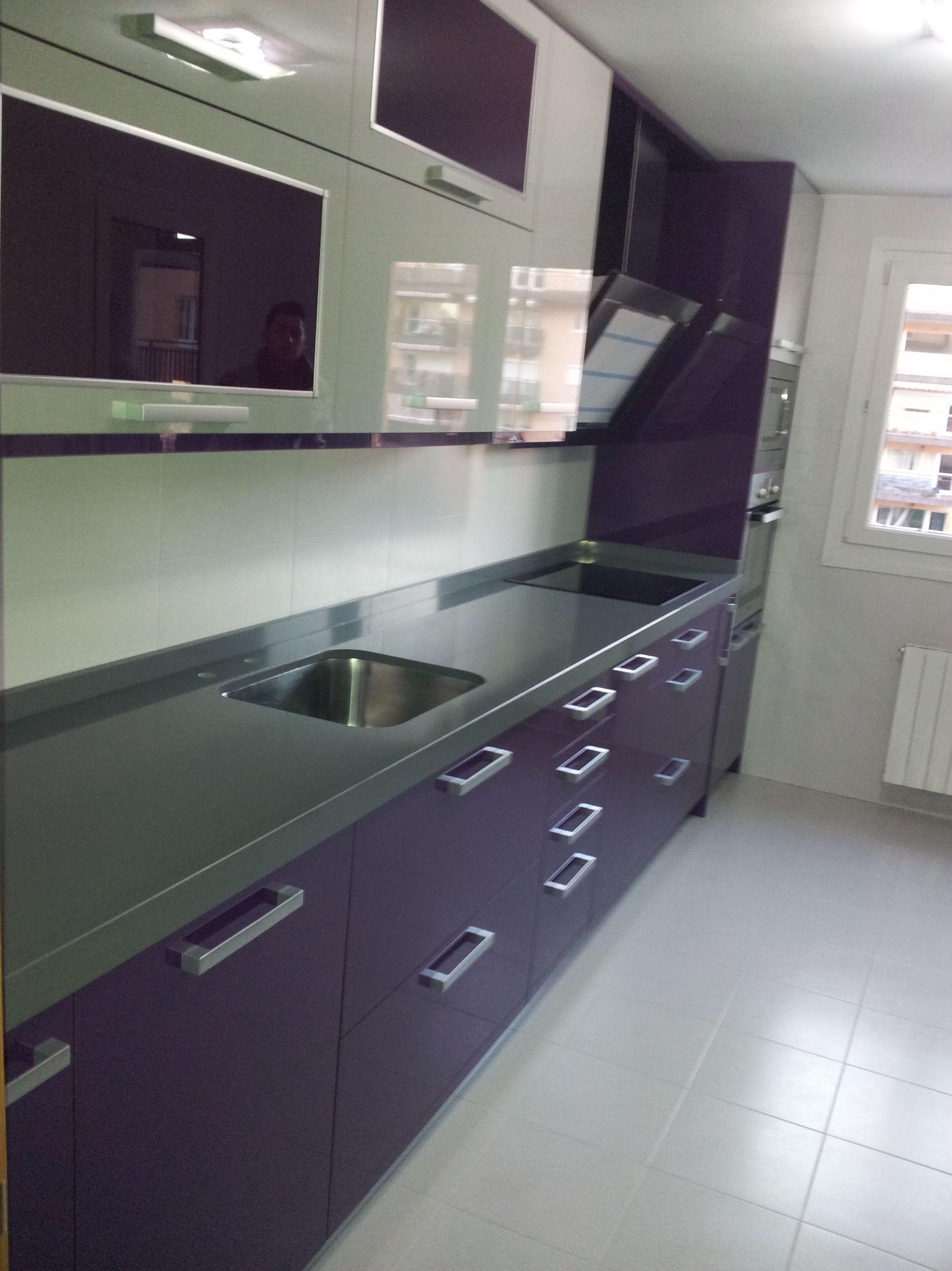 Cocina en estratificado color purpura y gris con encimera de compac plomo de 2cm con faldon de 6cm