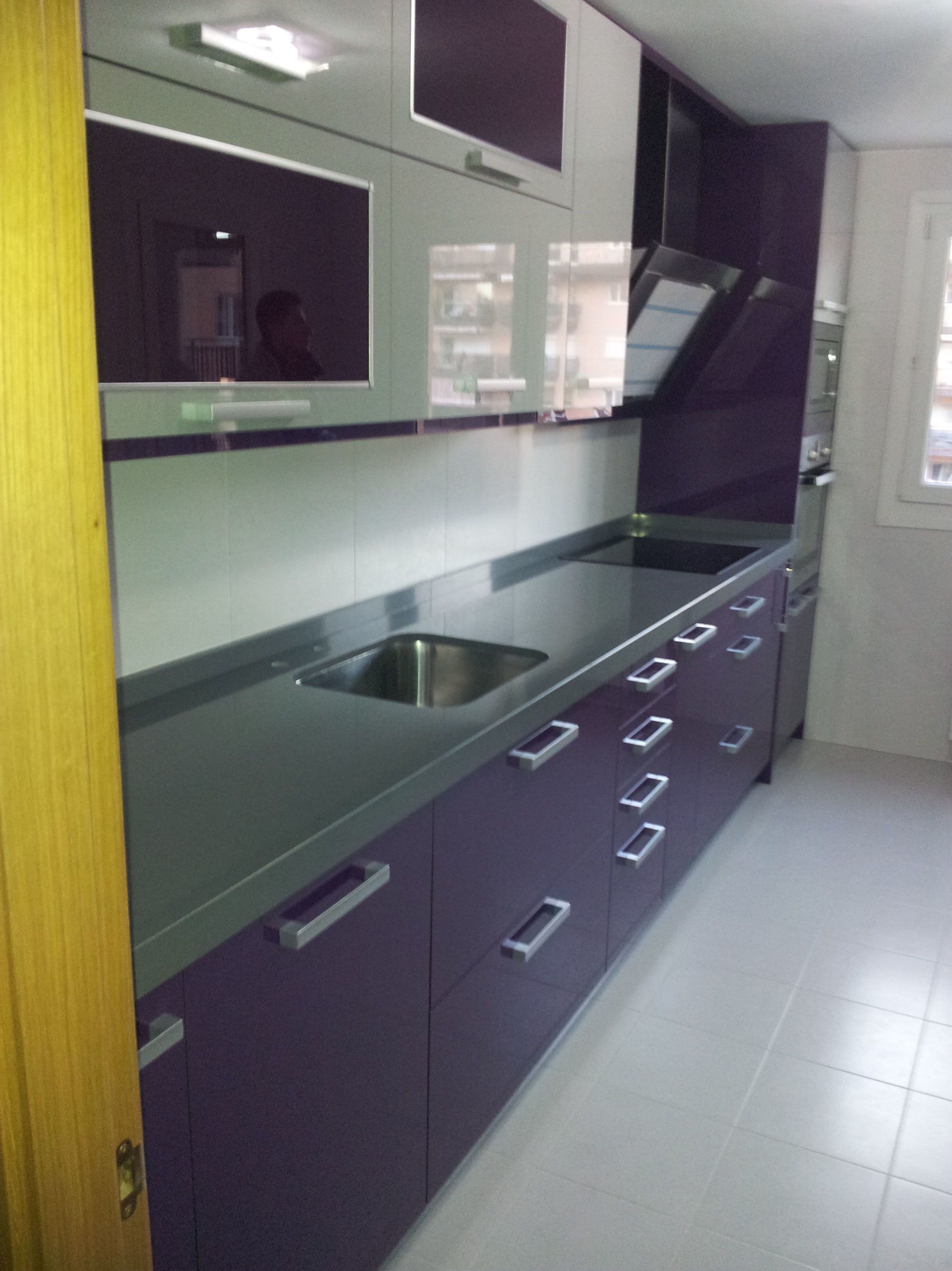Cocina en estratificado color purpura y gris
