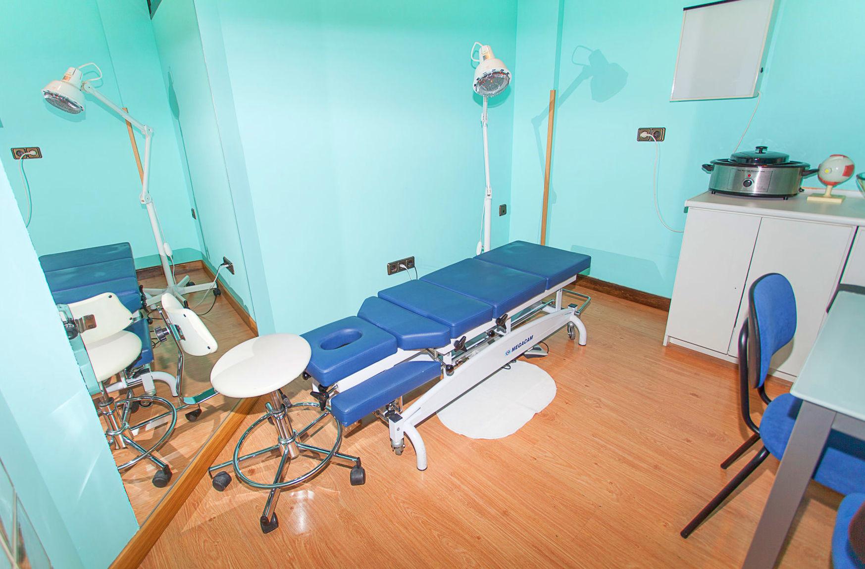 Sala de osteopatía con camilla de drop.