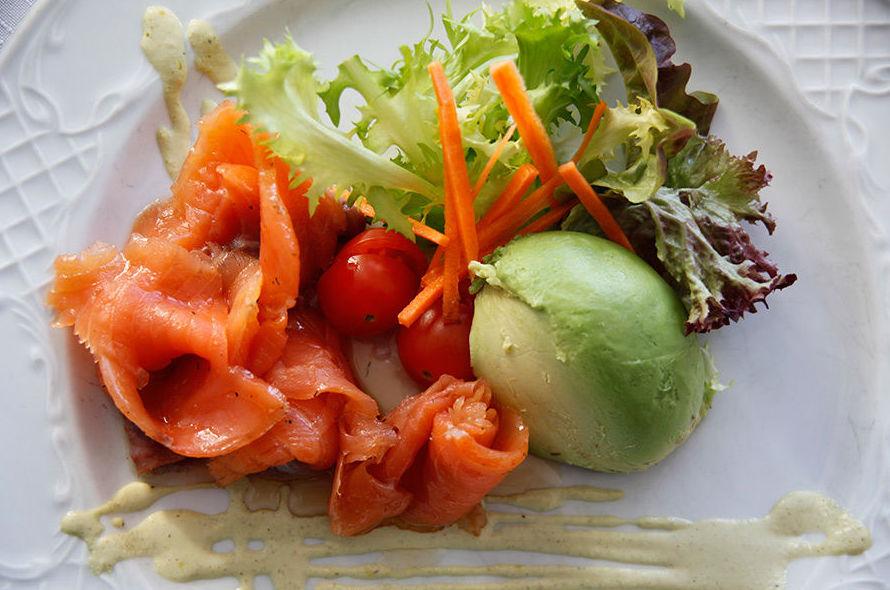 Ensalada de salmón marinado con aguacate Cadaqués