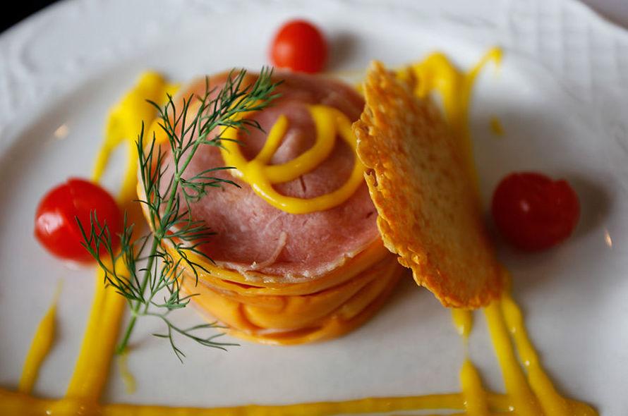 Carpaccio de atún y mango con parmesano Cadaqués