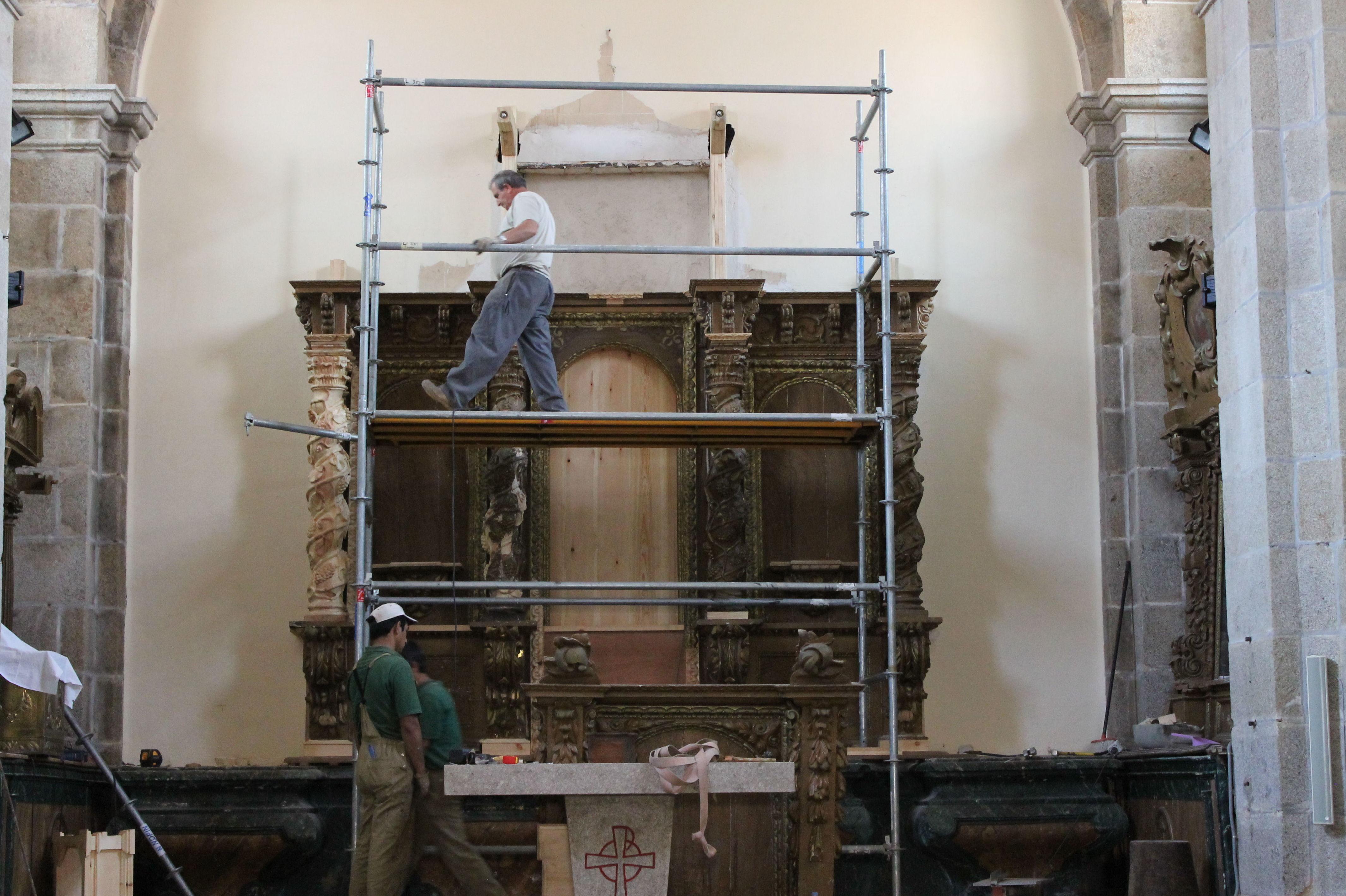 Trabajos de restauración de retablo