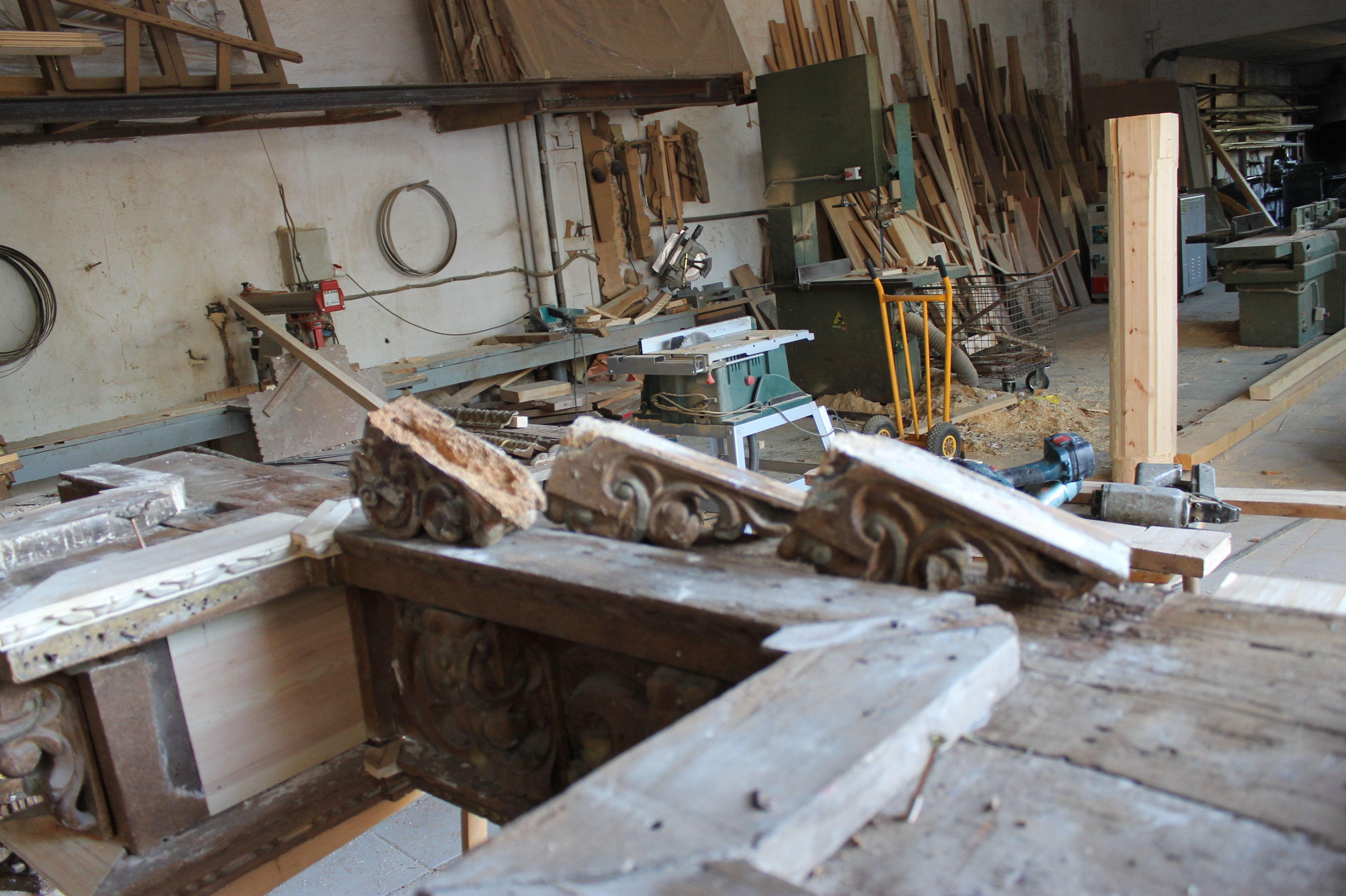 Elementos de retablo de madera para restaurar