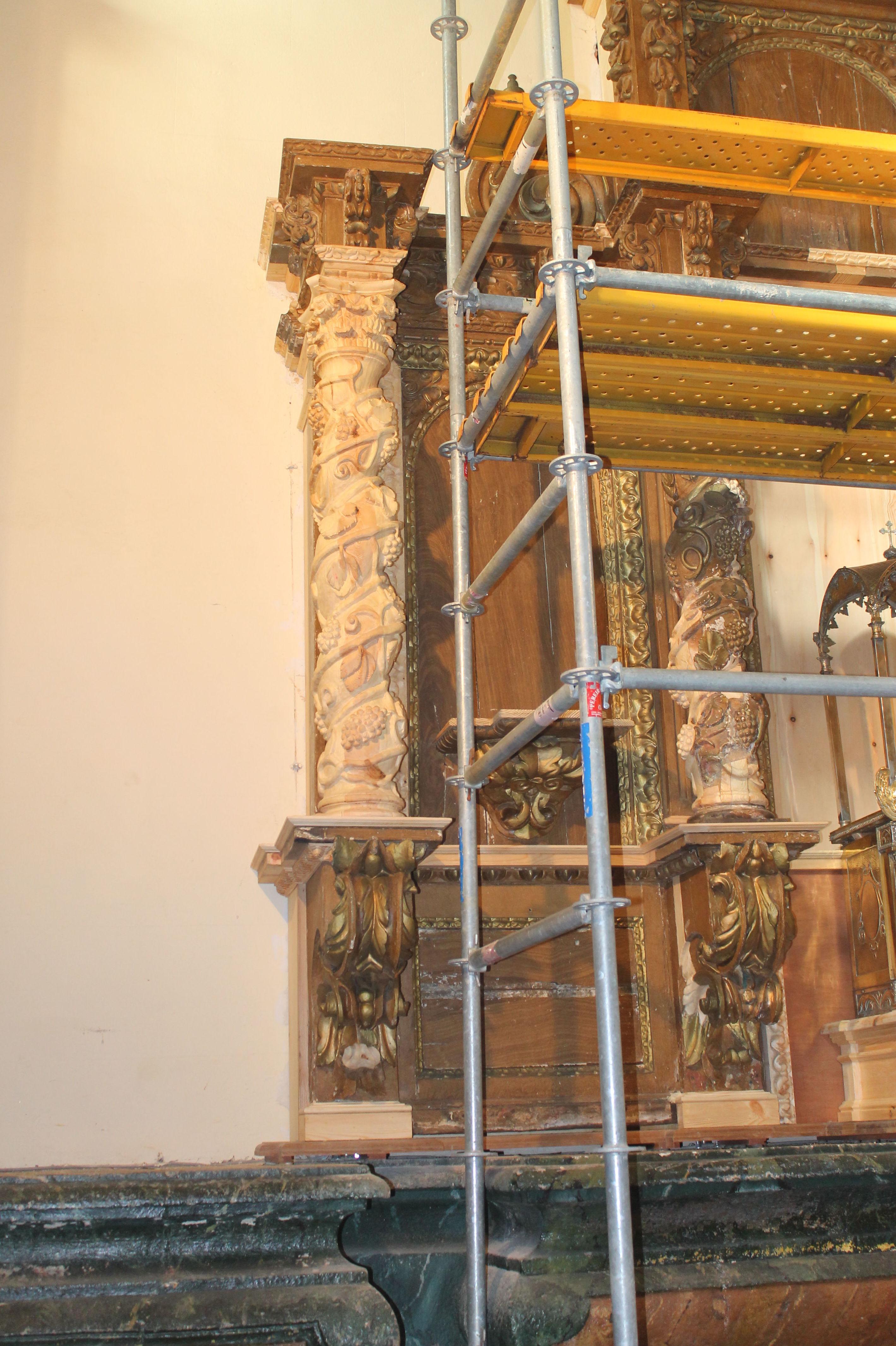 Colocación de columna en retablo