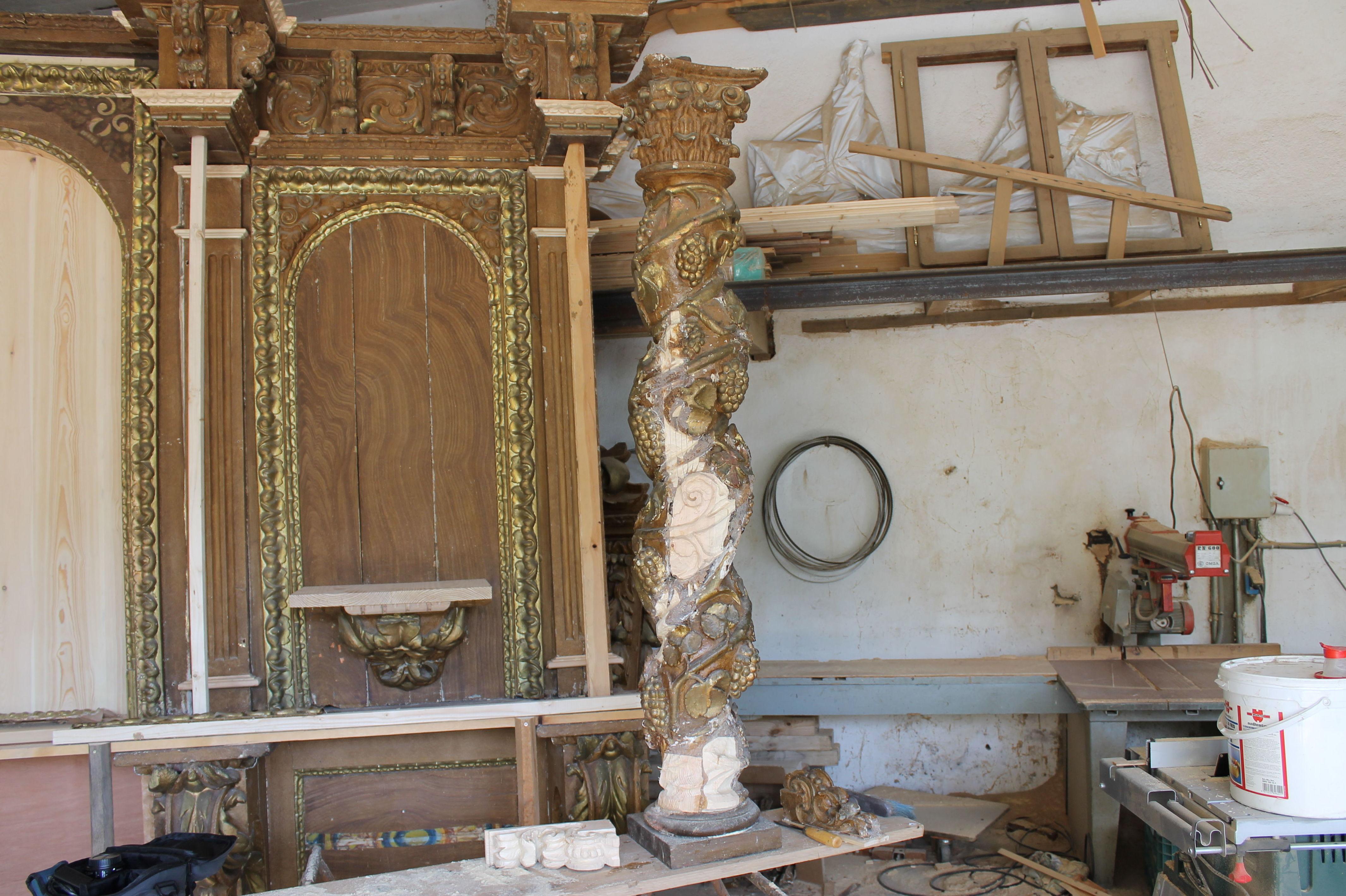 Columna de madera en restauración
