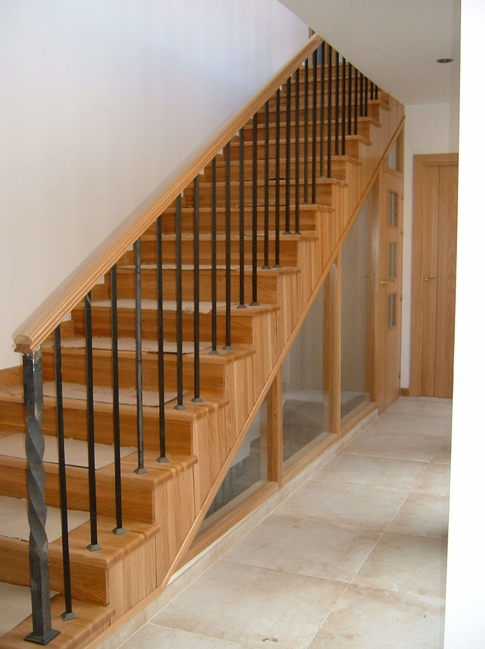 Escalera con peldaños y tabicas en madera de roble