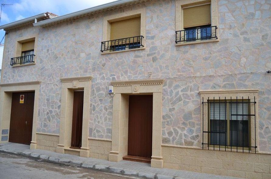Zocalos de fachadas fachada con zocalo imitacin piedra y - Piedra artificial para fachadas ...