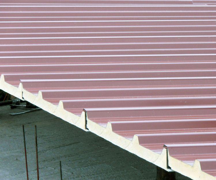 Instalación de cubiertas de panel sándwich