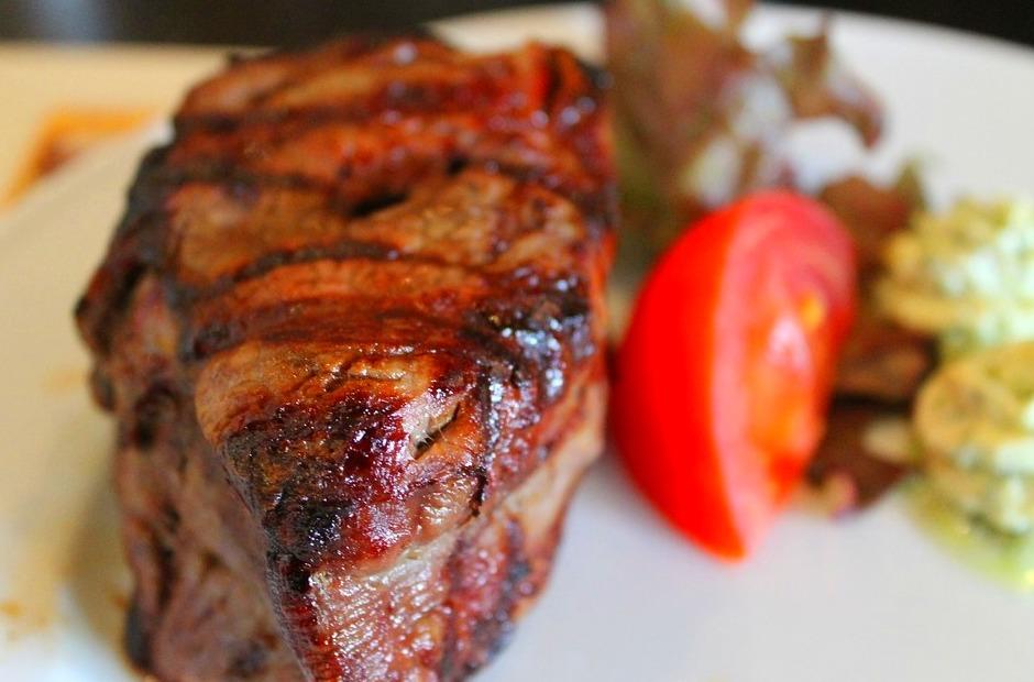 Ven a probar exquisitas carnes a este asador restaurante de Piedrahíta