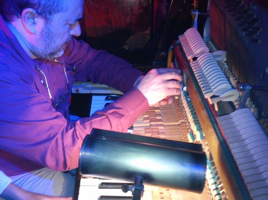 Enric Ferrer Busquets, técnico afinador de pianos