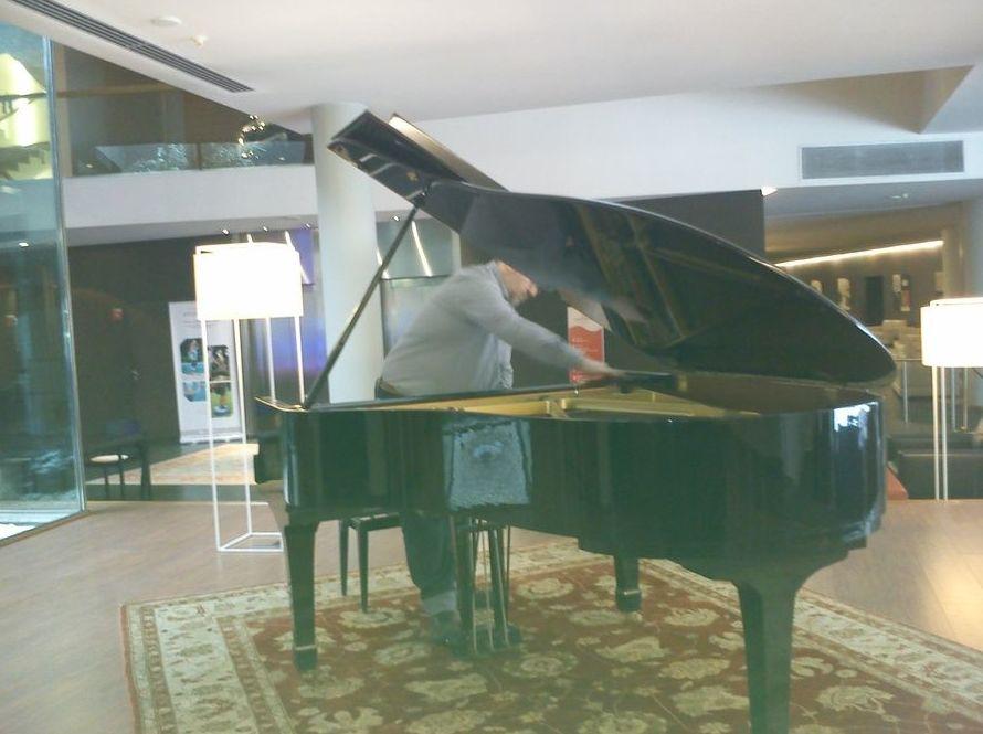 Técnico afinador de pianos en auditorios