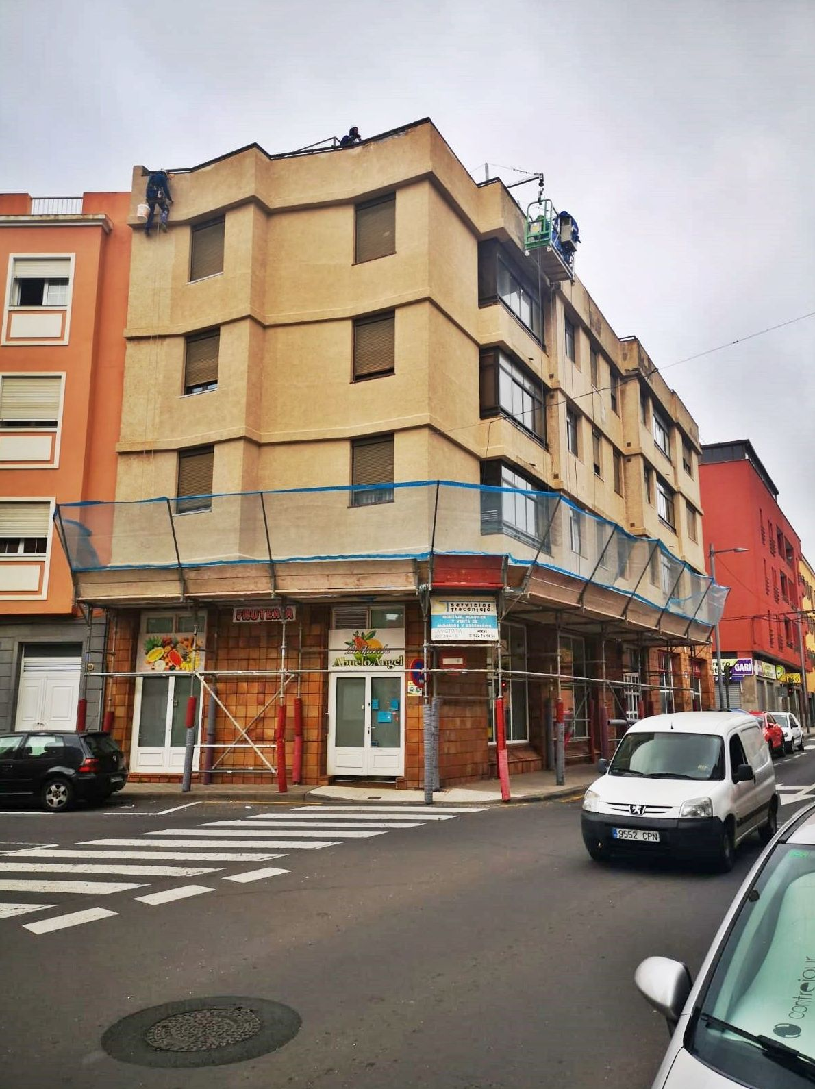 Marquesina de protección. Calle Heliodoro Rodríguez López. Santa Cruz de Tenerife.