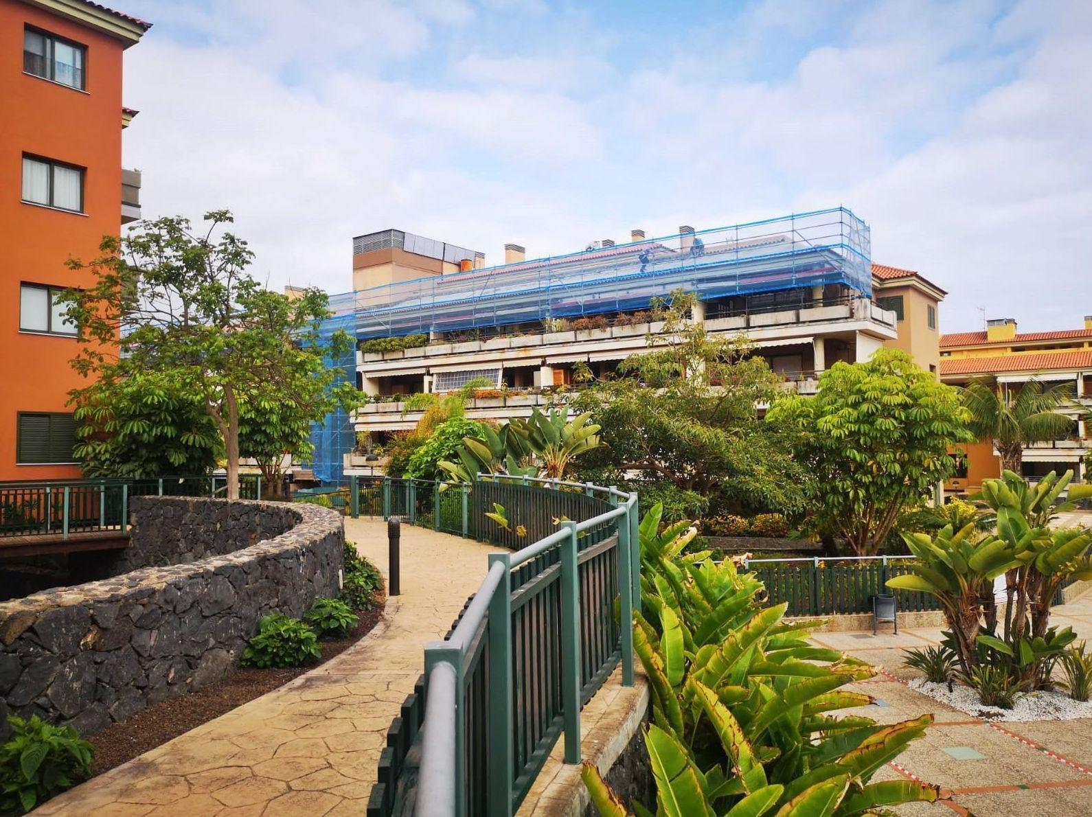 Andamio en fachada para residencial Jardines del Teide. Puerto de la Cruz.