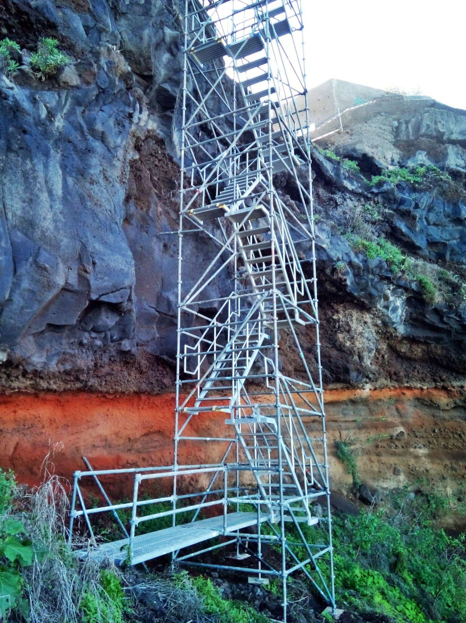 Montaje escalera acceso playa Los Patos