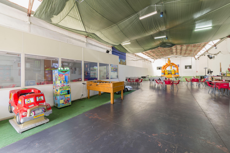 Espacio para eventos con máquinas recreativas en Alicante