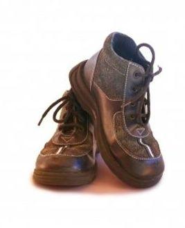 ¿Por qué es malo para los niños usar zapatos heredados?