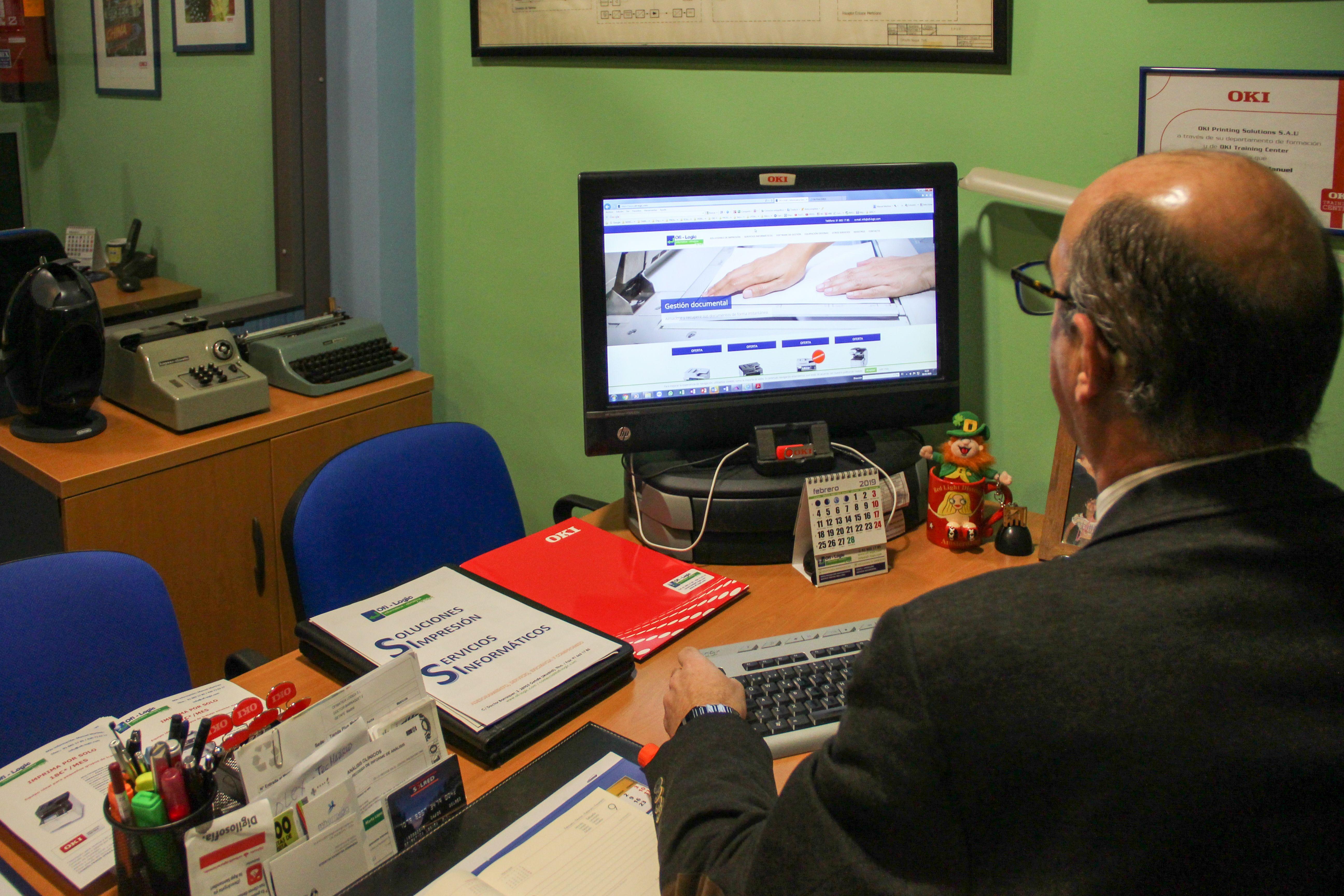 Manuel mirando web