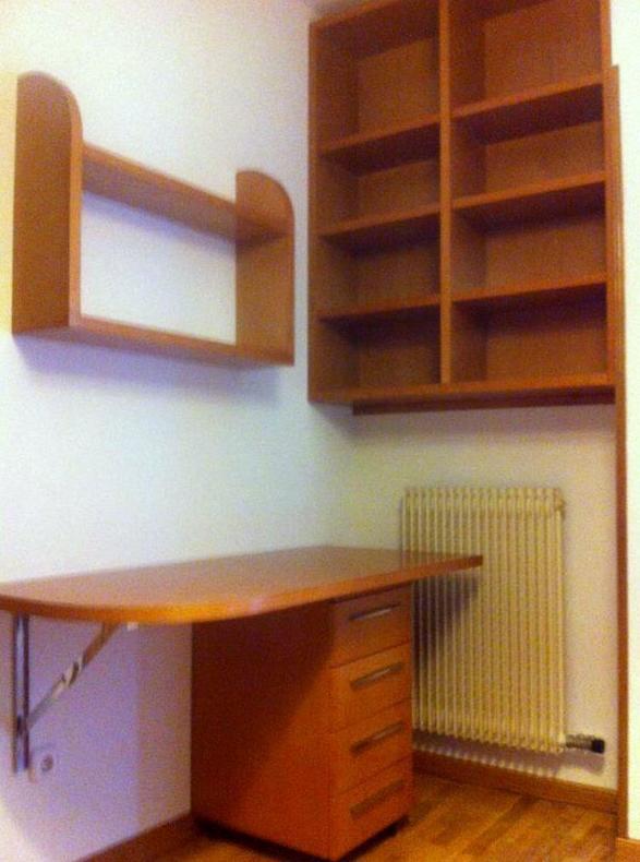Mesa de estudio y estantería de madera