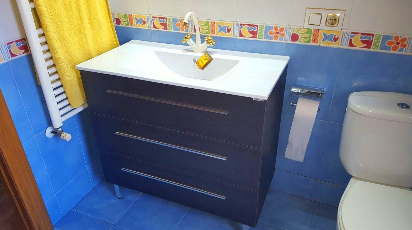 Mueble de baño en color Gris Texturizado y encimera y lavabo de porcelana