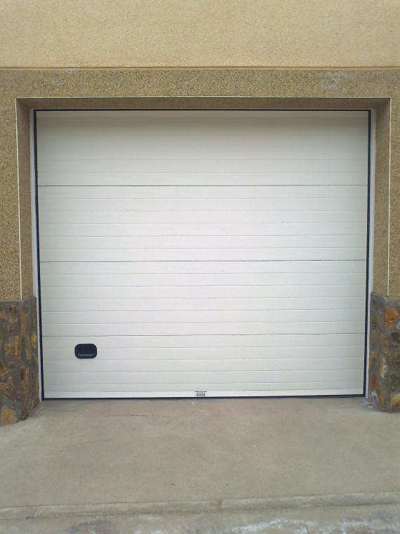 Puerta seccional blanca