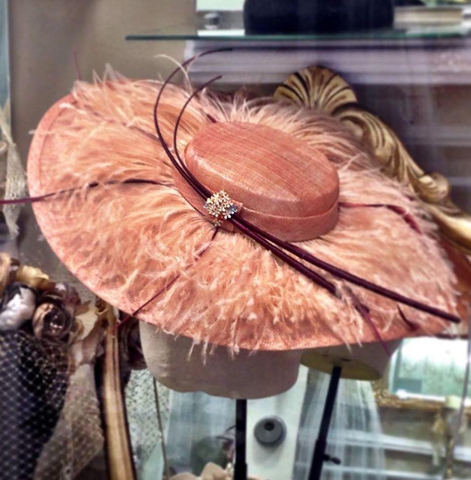 Pamela  de seda con plumas de avestruz