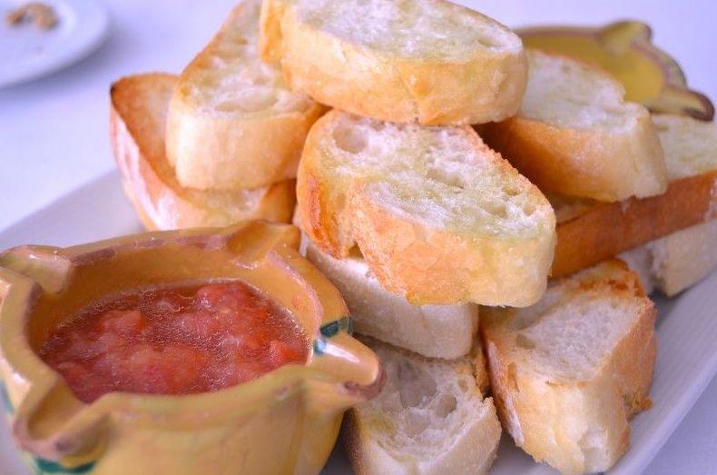 Pan con aceite y tomate