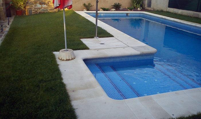 Colocación de césped en piscinas