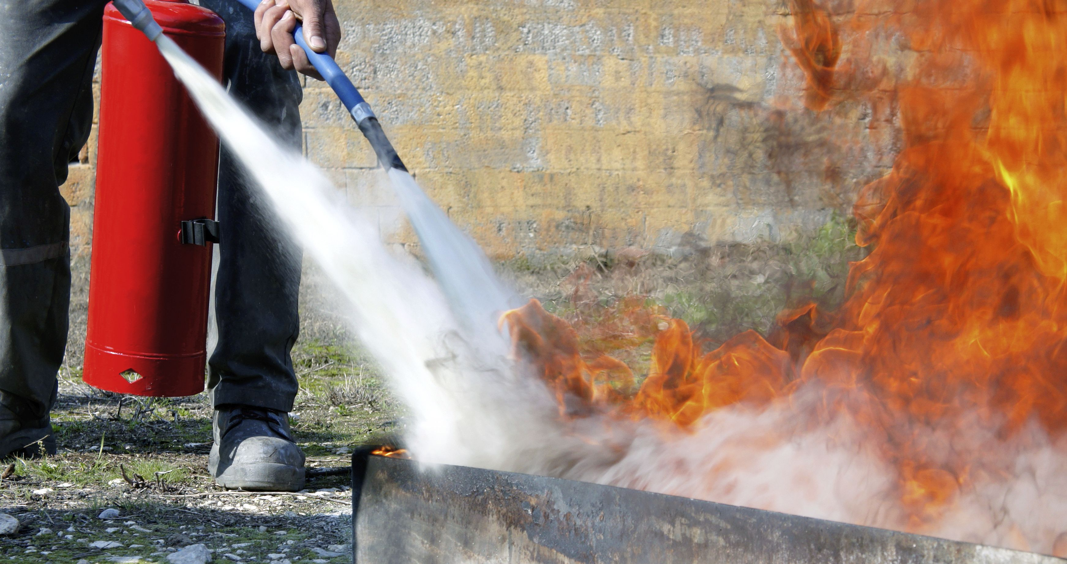 Extintores con diversos tipos de polvo
