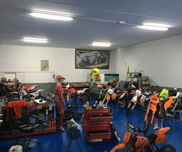 Amplio taller de motos en Osona