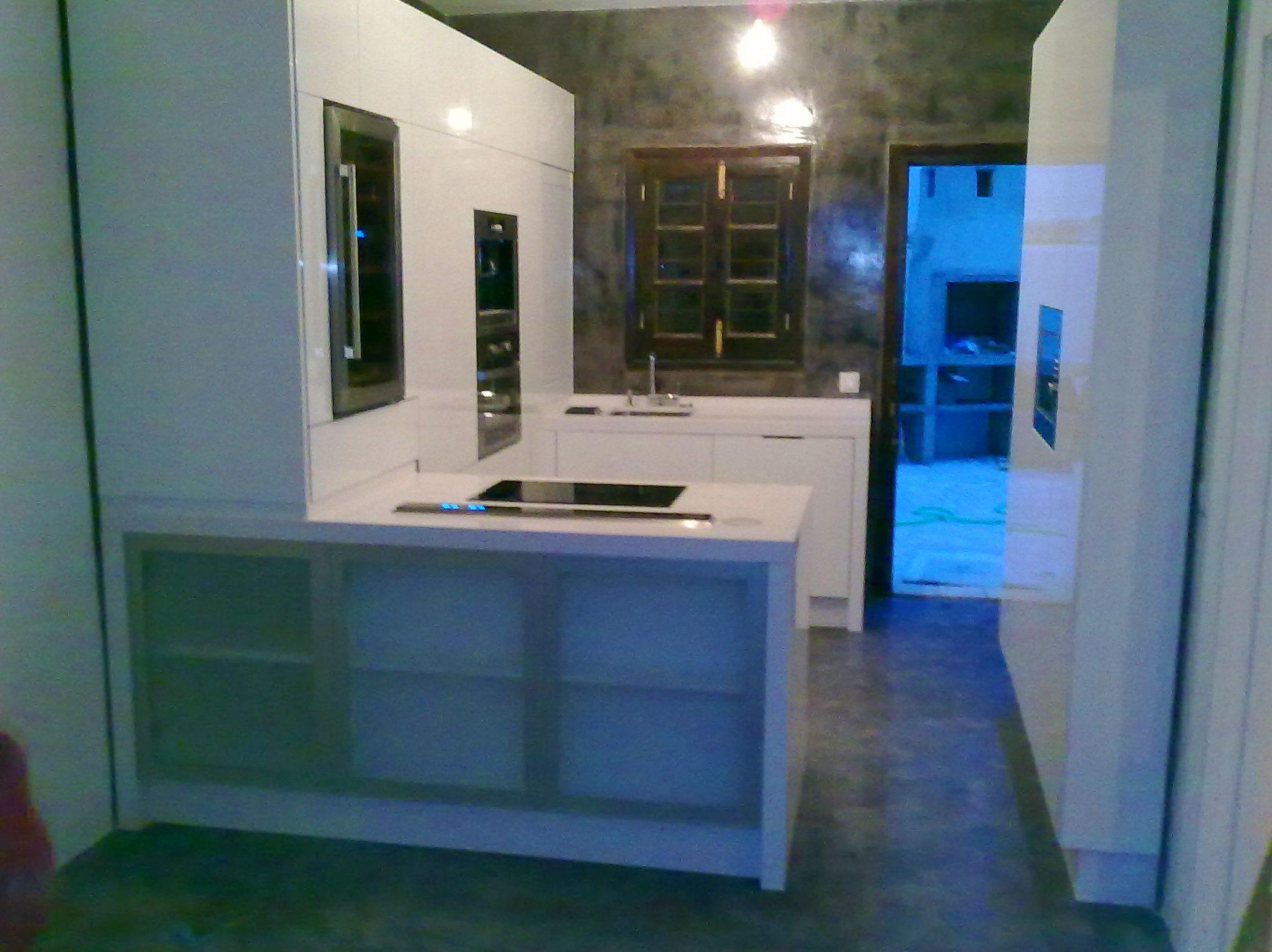 Cocina minimalista en laminado blanco, alto brillo