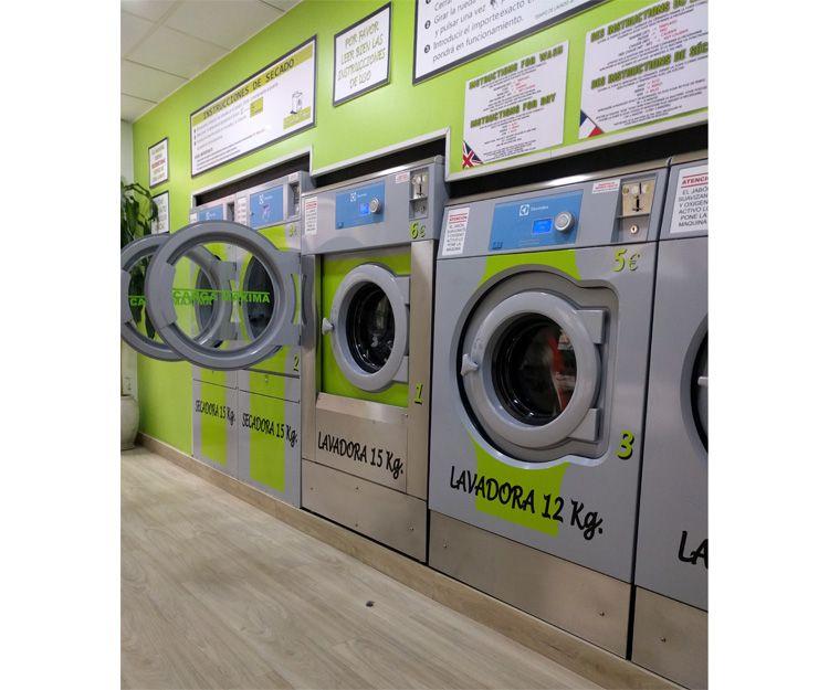 Lavandería autoservicio con cinco máquinas