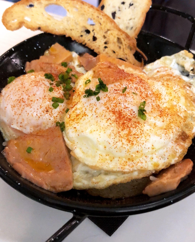 Huevos fritos con patatas y foie