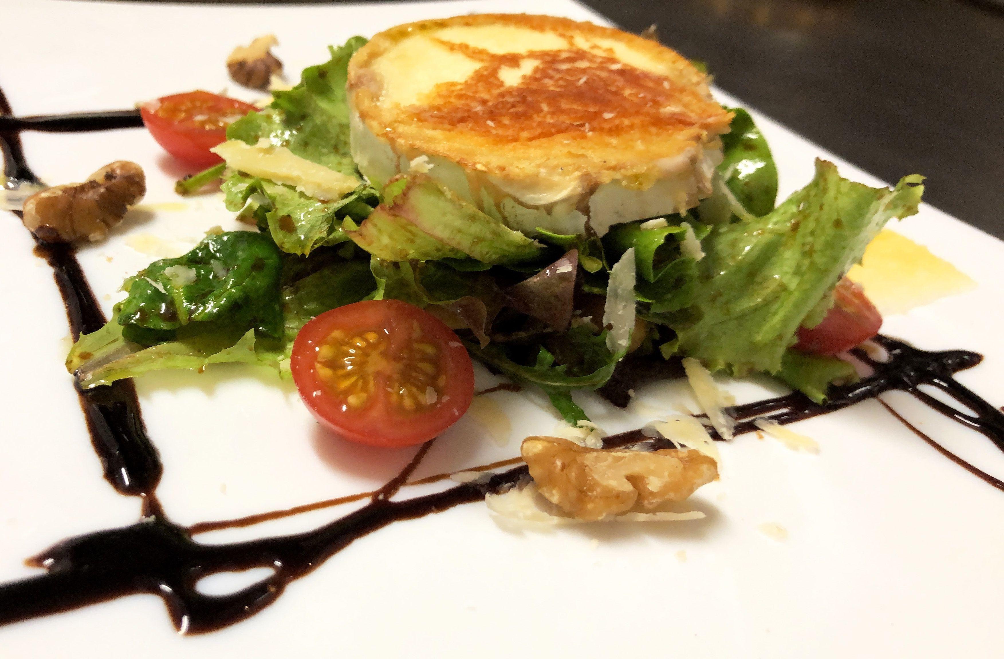 Ensalada de verdes con, cherrys, queso de cabra y vinagreta de frutos secos