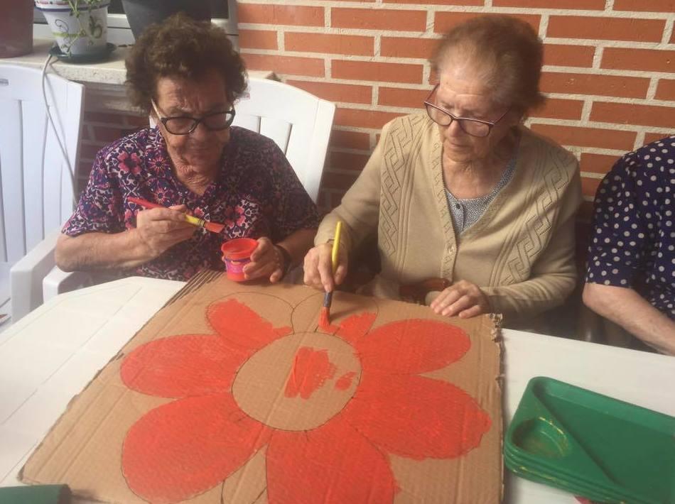 preparando la decoración el día del abuelo