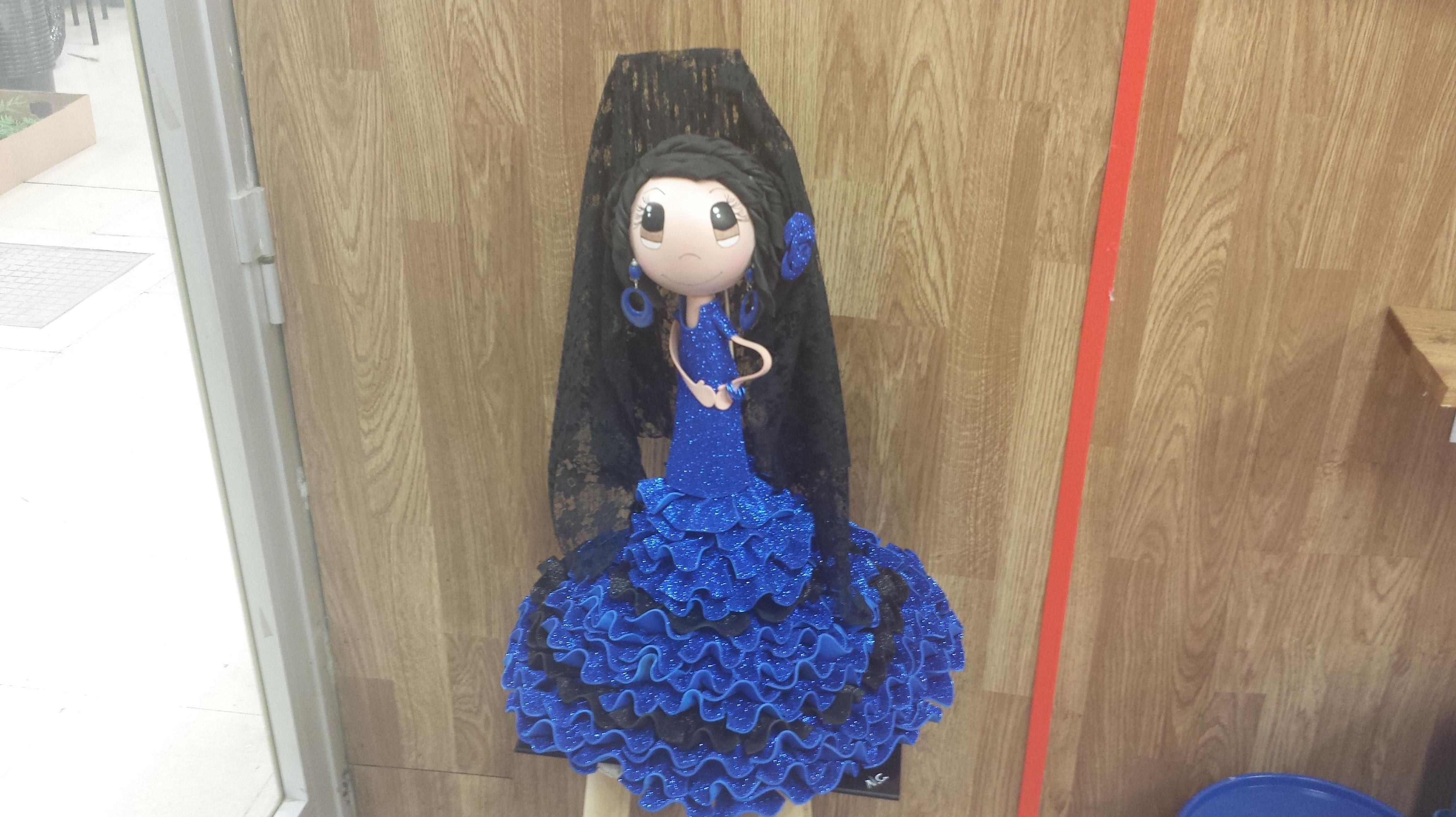 Fofucha con traje de lunares azul