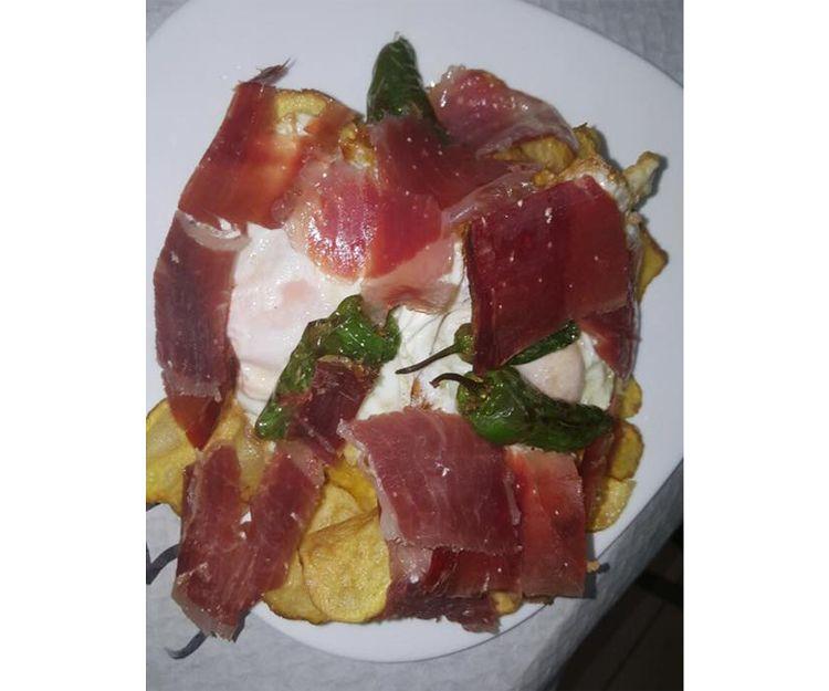 Huevos con jamón pimientos y patatas