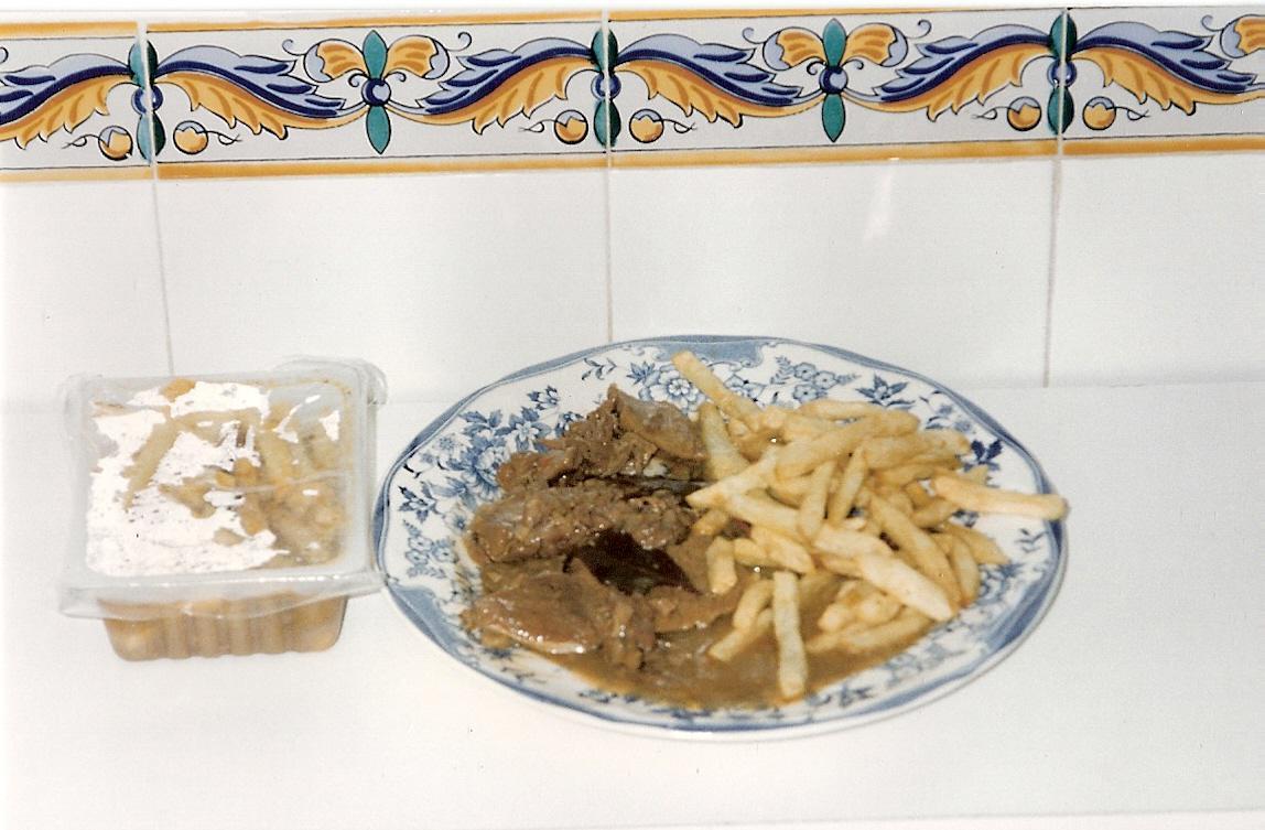 Ternera en salsa con patatas fritas.