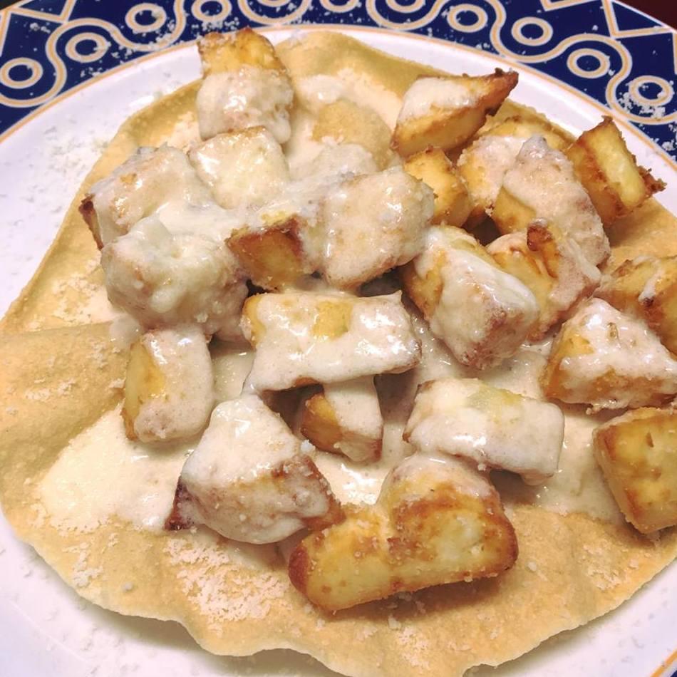 El queso frito con salsa de quesos