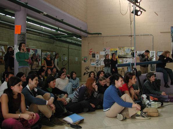 Público asistiendo a una representación teatral en la facultad de bellas artes